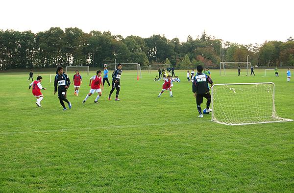 グルージャ盛岡のトップチームの選手がサッカー指導
